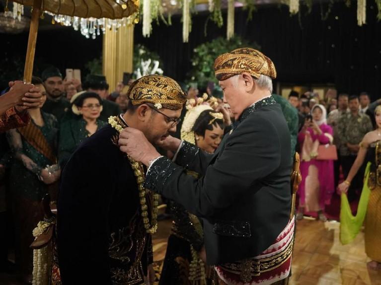 Usai melakukan akad nikah pada Sabtu (15/2) pagi, Danny Rukmana dan Raiyah Chitra Caesaria langsung menggelar resepsi pada malam harinya.