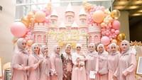 <p>Dibentuk dekorasi seperti istana dengan nuansa pink, penuh dengan balon-balon serupa. Para tamu undangan yang datang pun kompak mengenakan dress berwarna pink. (Foto: Instagram @rachelvennya)</p>