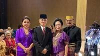 <p>Bersama suami dan para saudara dari keluarga Cendana. Titiek Soeharto nampak foto di tengah-tengah mereka. (Foto: Instagram @mayangsaritrihatmodjoreal)</p>