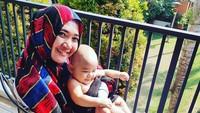 <p>Nama Sulis meroket setelah berduet bersama penyanyi rohani Haddad Alwi dalam album-album Cinta Rasul. Sulis yang berusia 29 tahun sekarang menjadi ibu dua anak.</p>