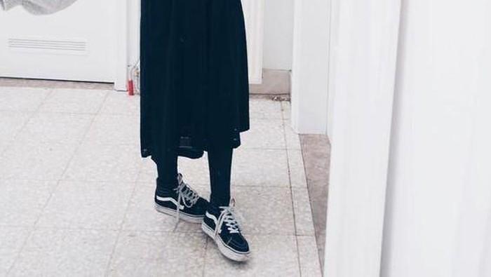 3 Padu Padan Kece Midi Skirt Buat Kamu yang Menggunakan Hijab