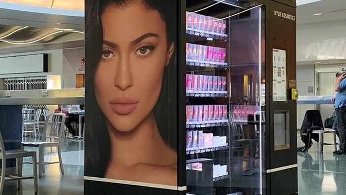 Makin Mudah Didapat, Kini Kylie Jenner Jual Kosmetik di Vending Machine