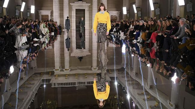 Models present creations by fashion house Victoria Beckham during her catwalk show for their Autumn/Winter 2020 collection on the third day of London Fashion Week in London on February 16, 2020. (Photo by DANIEL LEAL-OLIVAS / AFP)