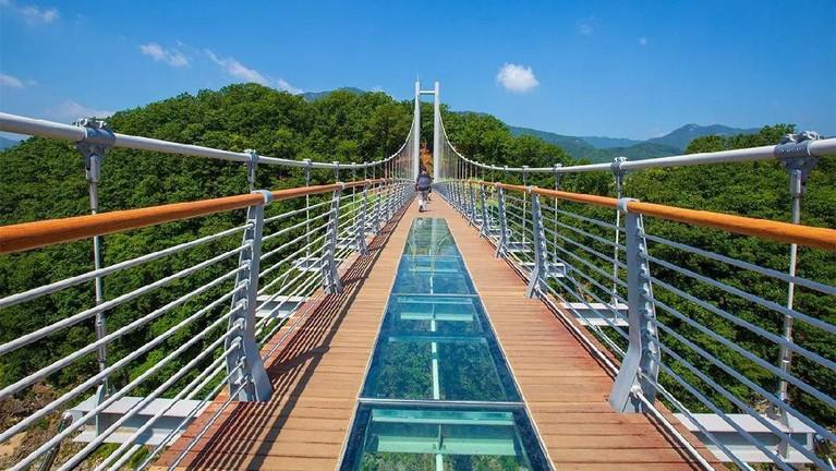 Jembatan di mana Son Ye Jin dan kapten Ri Jeong Hyuk bertemu dan memberikan rekaman suara dimana sang kapten mencoba untuk bunuh diri. Lokasi aslinya adalah di Pocheon Hantan River Sky Bridge, 207 Bidulginang-gil, Yeongbuk-myeon, Pocheon-si, Gyeonggi-do,Korea Selatan.