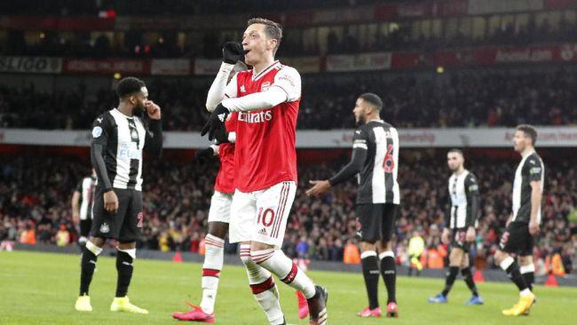 Playmaker Mesut Ozil mengamuk usai dicoret Arsenal dari daftar 25 pemain untuk Liga Inggris musim ini.