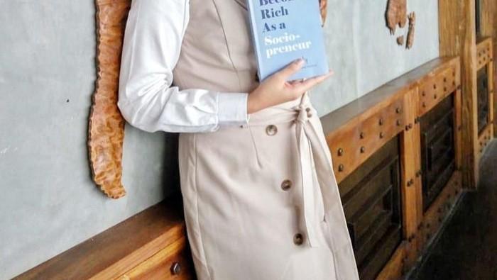6 Gaya Hijab Angkie Yudistia, Stafsus Jokowi yang Cantik dan Berprestasi