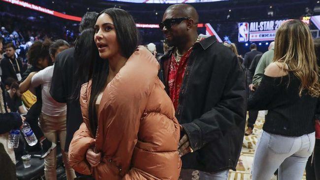 Usai bertemu Kanye West dan berbincang dengan emosional, Kim Kardashian pulang ke LA tanpa suaminya itu.