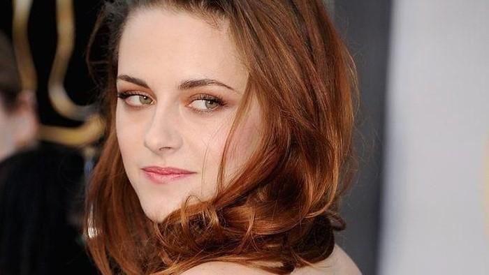 Tampil Lebih Feminin di Premiere Charlie's Angels, Kristen Stewart Mencuri Perhatian!