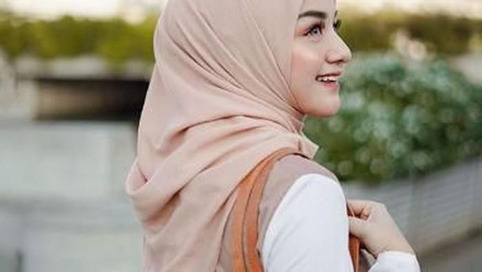 Ide Pose untuk Para Hijabers Biar Anggun Tanpa Banyak Gaya