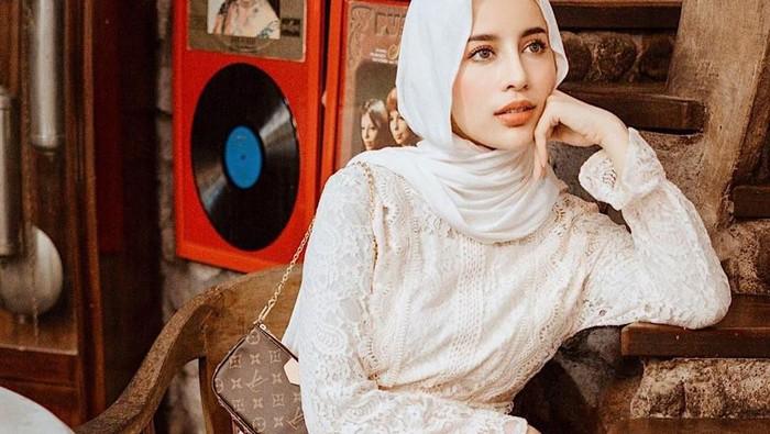Look Hijab Aghnia Punjabi, Simple Tapi Tetap Elegan