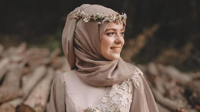 Tampil Cantik dengan Flower Crown, Aksesoris Pelengkap Hijab Kondangan