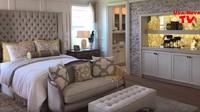 <p>Ini master bedroom-nya alias kamar tidur utamanya nih, Bunda. Interiornya benar-benar mewah. (Foto: YouTube)</p>