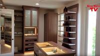 <p>Bagian closet room yang didesain seperti penyimpanan aksesoris di butik brand terkenal. Di akhir video, Uya Kuya bilang ia masih berharap dan mengkhayal punya rumah tersebut mengingat harganya yang begitu fantastis. Kita doakan semoga bisa membeli rumah tersebut ya. (Foto: YouTube)</p>