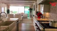 <p>Bagian dapurnya, rumah ini memiliki dua dapur. Satu dapur bersih untuk di dalam rumah dan satu dapur kotor untuk barbecue. (Foto: YouTube)</p>
