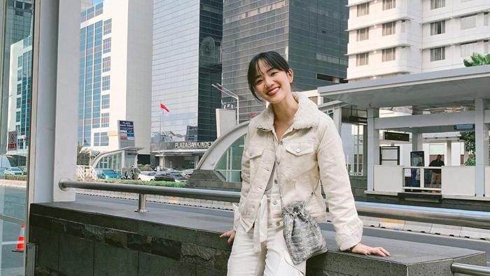 6 Inspirasi Padu Padan Jaket Jeans ala Fashion Influencer Kece Indonesia