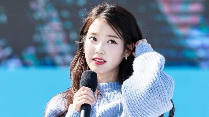 Idol K-Pop yang Tampil Stylish dan Nyaman dengan Sweter