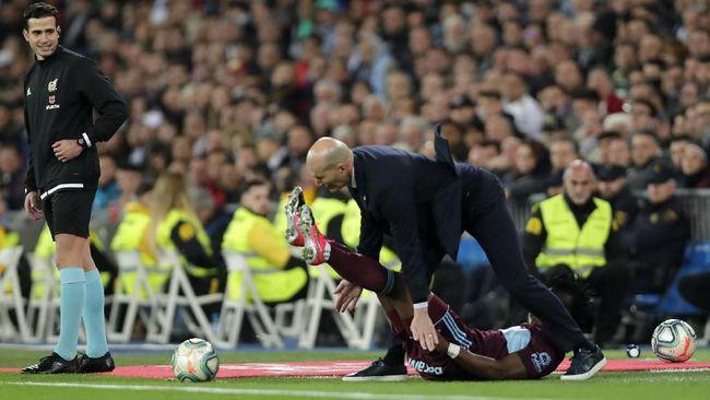 Saat Real Madrid ditahan Celta Vigo 2-2, sang pelatih Zinedine Zidane tersungkur ditabrak bek Celta Vigo, Joseph Aidoo.