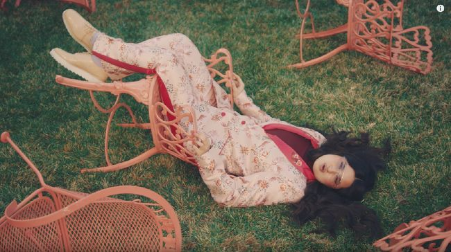 Mini album Do You Love Me berisi dua lagu, yang masing-masing menggambarkan level baru dari Stephanie Poetri.