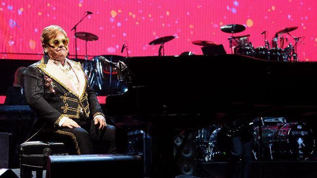 Elton John menangis ketika tiba-tiba kehilangan suara di tengah konser di Selandia Baru, Minggu (16/2). Ia mengaku baru saja didiagnosa 'walking pneumonia'.