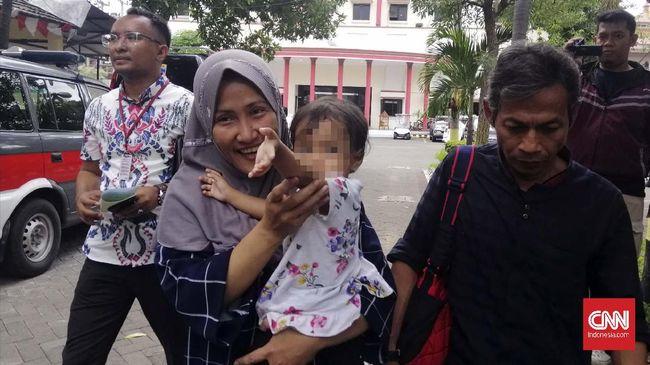 Zikria Dzatil, tersangka kasus penghinaan terhadap Wali Kota Surabaya Tri Rismaharini keluar dari penjara usai Risma mencabut gugatan.