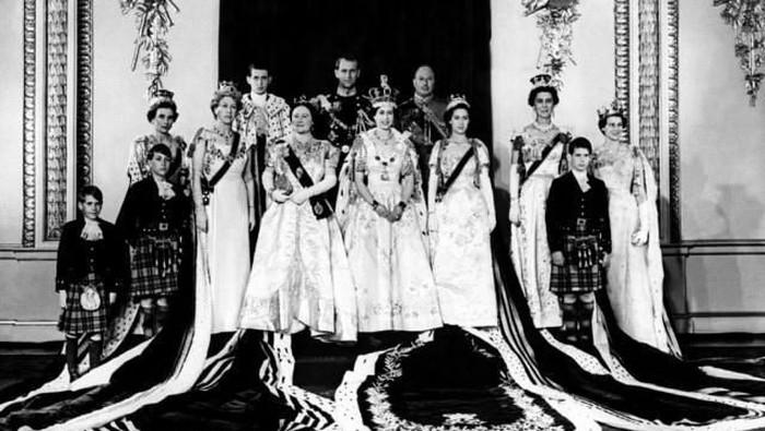 Kumpulan Foto Lawas Keluarga Kerajaan Inggris, Ada Kate Middleton dan Meghan Markle