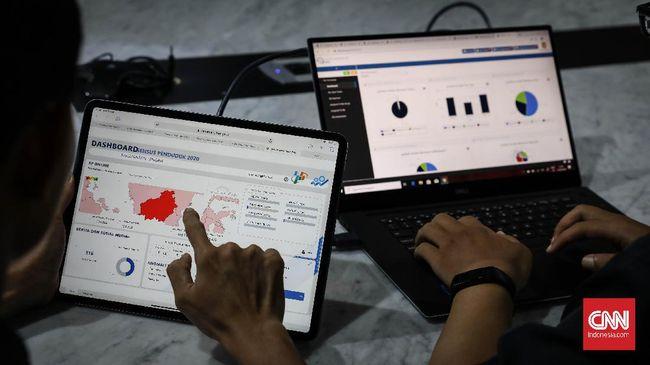 Petugas memantau sistem informasi dan data masyarakat yang mengisi online Sensus Penduduk Indonesia 2020 di Ruang Kendali Eksekutif Sensus Penduduk 2020 Badan Pusat Statistik (BPS), Jakarta, Senin, 17 Februari 2020. BPS mengadakan sensus penduduk pada 15 Februari hingga 31 Maret 2020. CNNIndonesia/Safir Makki