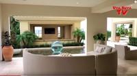 <p>Konsep rumahnya mediterania modern, Bunda bisa lihat dari sisi rumah yang terbuka, pemilihan warna, dan adanya air mancur di teras. (Foto: YouTube)</p>