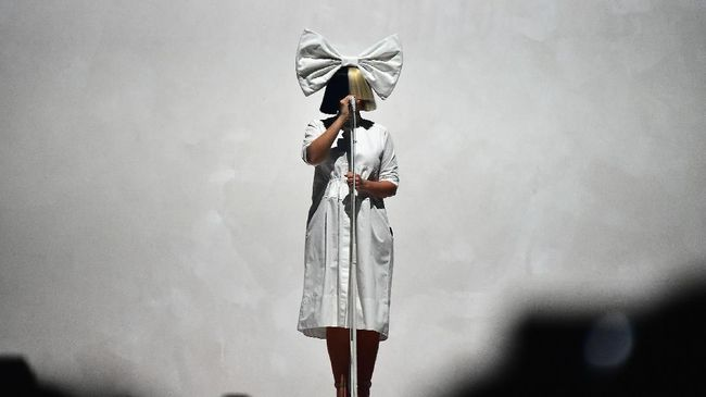 NEW YORK, NY - OCTOBER 25: Sia performs at Barclays Center on October 25, 2016 in New York City.   Theo Wargo/Getty Images/AFP