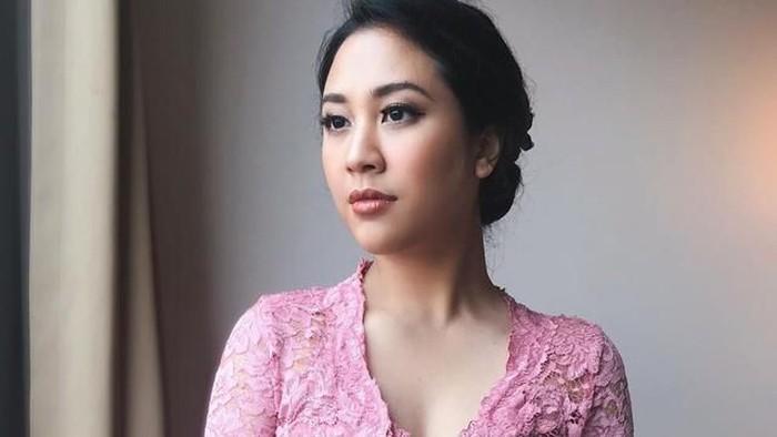 Kondangan Pakai Kebaya, Begini Cantiknya Potret Sherina Munaf