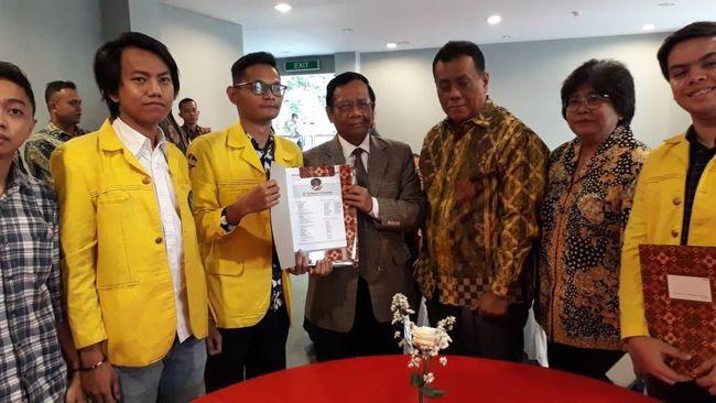 Bersama data soal Papua, BEM UI menyerahkan bersama sejumlah kajian atas beberapa produk legislasi yang bermasalah.