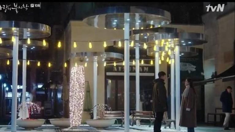 Berhasil meraih rating tertinggi di episode terakhirnya. Berikut beberapa lokasi romantis yang jadi lokasi syuting drakor Crash Landing on You versi Insertlive.