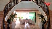 <p>Tipikal rumah mewah di Los Angeles, begitu masuk rumah disambut tangga yang besar. (Foto: YouTube)</p>