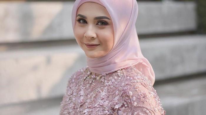 Cerita Hijrah Si Cantik Kesha Ratuliu