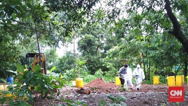 Petugas menghentikan pembersihan lokasi yang terkontaminasi zat radioaktif karena mempertimbangkan faktor keselamatan saat hujan.