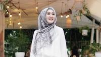 Pilih kerudung segiempat lebar dengan model hijab konvensional tapi tetap syar'i. Tambahkan tuspin atau bros sebagai pemanis. Kerudung motif lebih disarankan agar tidak terkesan monoton.