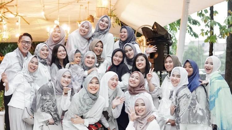 Gaya hijab Turki dan Malaysia menonjolkan style yang sederhana. Berbeda dengan gaya hijab muslimah Indonesia yang jauh lebih unik. Setuju eggak nih, Bun?