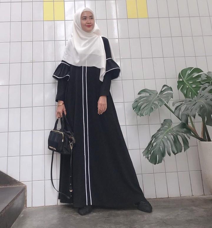 Ketika pergi ke pengajian, memakai hijab syar'i bisa menjadi pilihan. Tak harus pakai khimar, Bun, ada beberapa alternatif gaya hijab syar'i lainnya.