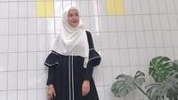 Abaya hitam paling cocok dipakai ke pengajian. Bergaya hijab syar'i dengan pilihan abaya hitam seperti Lulu Elhasbu. Desainer sekaligus model berhijab itu memilih tampilan yang monokrom, hitam dan putih. (Foto: Instagram @luluelhasbu)