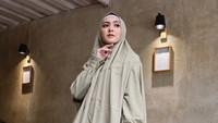 Mungkin penampilan selebriti Richa Iskak ini bisa menjadi inspirasi Bunda saat ke pengajian. Ia memakai gamis wudhu friendly. Selain itu, gaya hijab syar'i seperti Richa Iskak juga bisa langsung dipakai salat tanpa mukena, Bun. (Foto: Instagram @richaiskak)