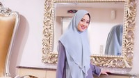 Coba gaya hijab syar'i ala selebgram berhijab Nina Septiani. Khimar tanpa pet membuat penampilan Bunda tampak lebih muda. Khimar merupakan hijab paling praktis ketika ingin memiliki tampilan yang syar'i, terutama saat menghadiri pengajian. (Foto: Instagram @ninaseptiani)