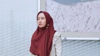 Gaya hijab syar'i ala Siti Juwariyah ini cocok untuk pergi ke pengajian. Pilihan gamis bermotif warna pastel tetap terlihat sederhana namun manis. Padupadan kerudung warna merah marun menutup dada menjaga motif pada gamis tak terlalu terekspos. (Foto: Instagram @sitijwryh)