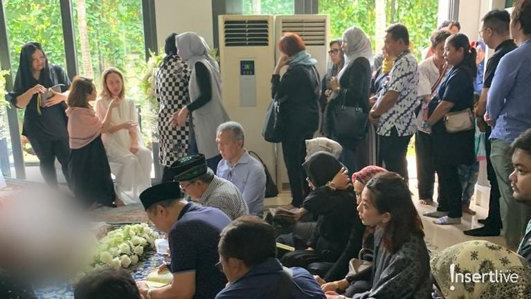 Suasana rumah duka suami Bunga Citra Lestari, Ashraf Sinclair yang meninggal dunia akibat serangan jantung, Selasa (18/2).