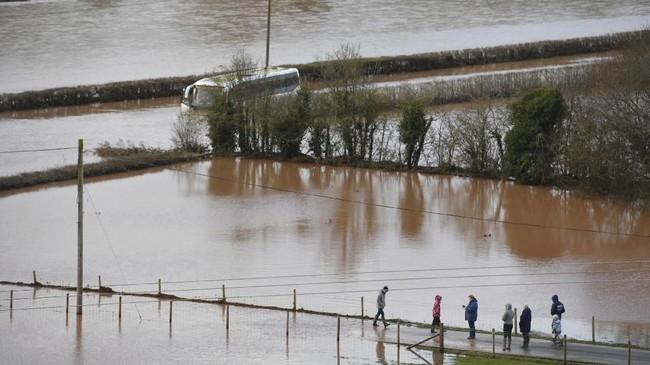 Badai Dennis yang menerjang Inggris sejak akhir pekan memicu banjir di sejumlah wilayah.