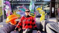 <p>Setelah dari Jepang, Syahrini dan Reino Barack bertandang ke Amerika Serikat. Syahrini berpose di depan instalasi seni yang berada di area pedestrian. (Foto: Instagram @princesssyahrini)</p>