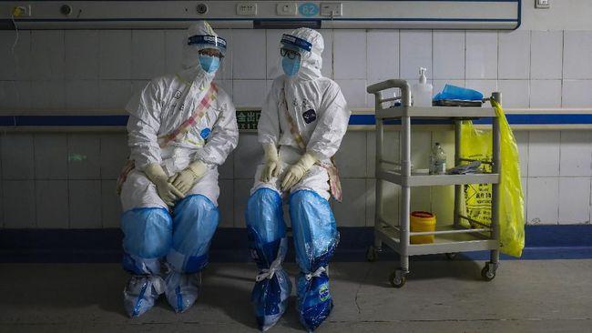 Dua orang perawat di Anhui, China merayakan kesembuhan enam orang pasien virus corona di rumah sakit dengan menari balet.