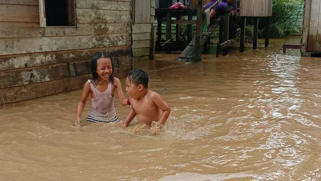 Desa Bukit Subut di Kecamatan Penajam, Kabupaten Penajam Paser Utara dilanda banjir karena air sungai meluap akibat intensitas hujan tinggi.