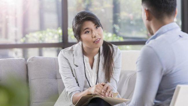Psikolog dan psikiater adalah dua hal yang berbeda. Keduanya bekerja sama dan memiliki peran masing-masing dalam menangani pasien gangguan mental.