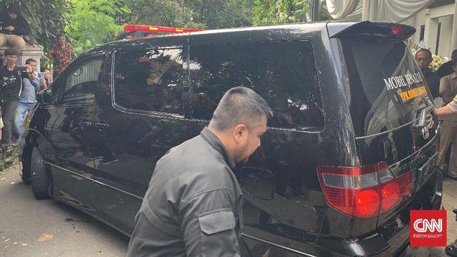 Jenazah Ashraf Sinclair diberangkatkan dari rumah duka sekitar pukul 14.00 WIB. Istri dan anak Ashraf, BCL dan Noah terlihat menumpangi mobil yang berbeda.