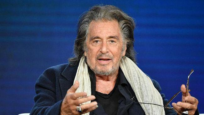 Mantan pacar aktor Al Pacino mengaku meninggalkan aktor senior itu karena dirasa terlalu tua dan jarang membelikannya barang-barang, selain bunga.