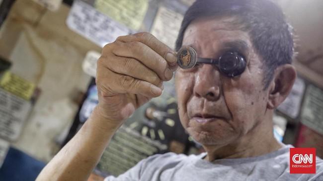 Meski tak lagi menjadi barang mewah, sederet tukang reparasi arloji masih mempertahankan profesinya dengan menggelar lapak berkondisi lusuh.